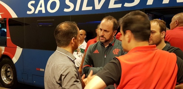 Rodrigo Caetano, Cláudio Pracownik e Alexandre Wrobel conversam após o jogo