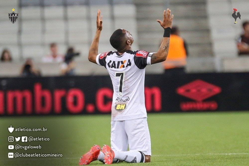Robinho comemora gol marcado contra o Atlético-PR, em Curitiba