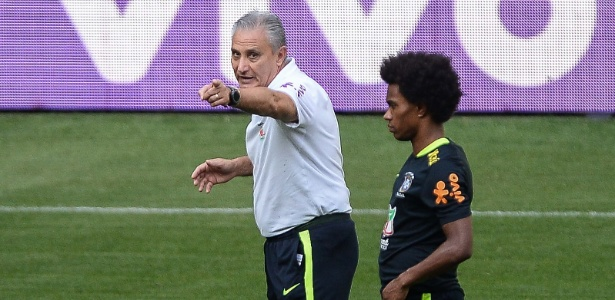 Tite conversa com Willian em treino desta terça-feira (9), no Allianz Parque