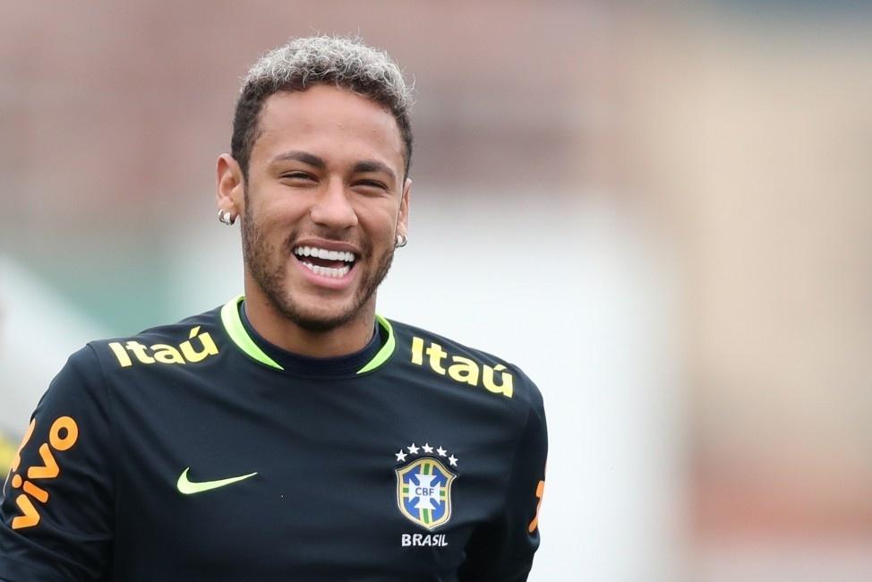 Neymar sorri durante treino da seleção brasileira