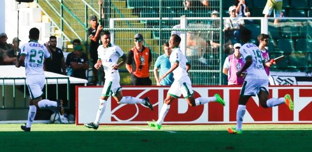 América-MG comemora gol de Giovanni sobre o Figueirense