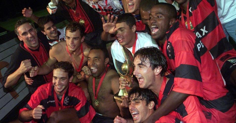 Os jogadores do Flamengo celebram o título da Copa Mercosul em 1999. Elenco contava com Juan