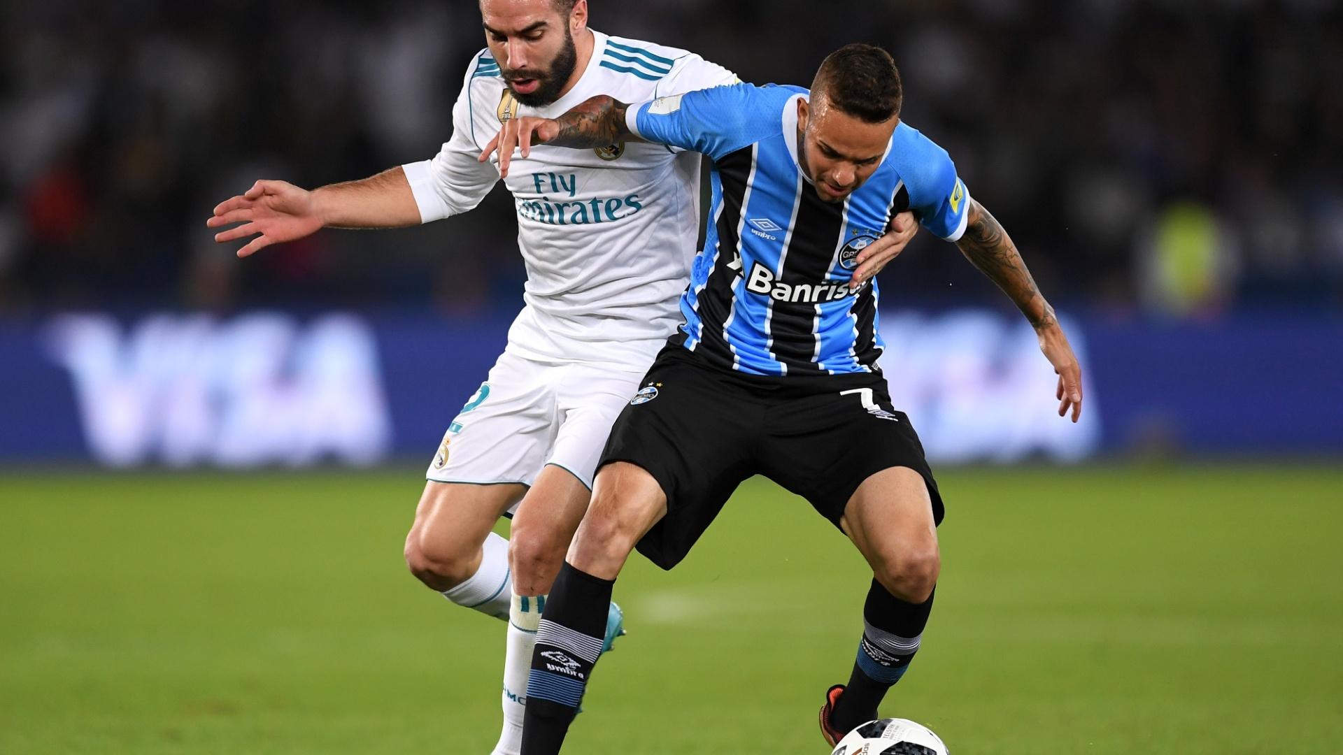 Carvajal tenta roubar a bola de Luan na final do Mundial entre Grêmio e Real Madrid
