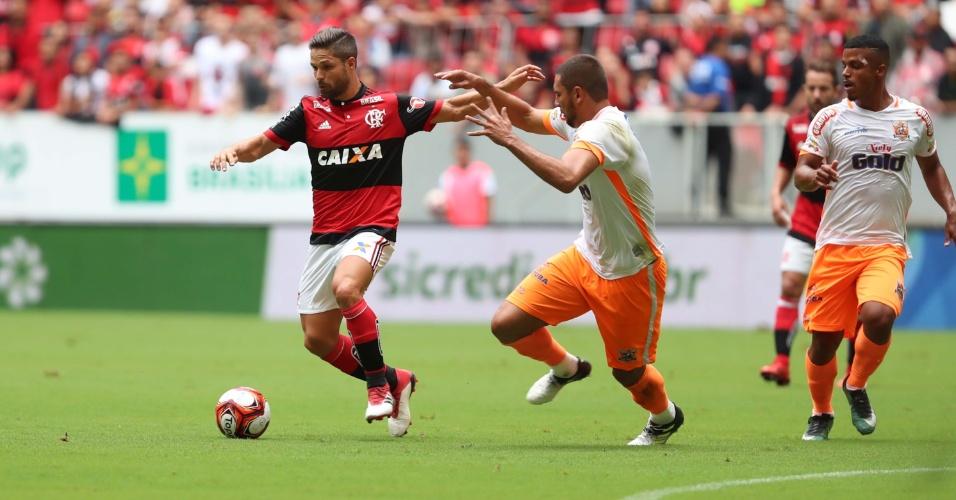 Diego tenta escapar da marcação no duelo entre Flamengo e Nova Iguaçu pelo Campeonato Carioca