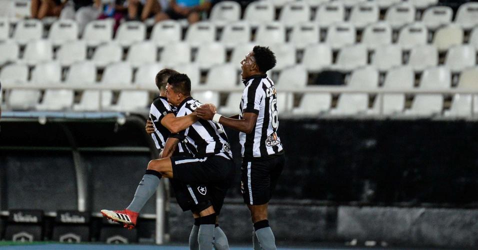 Jogadores do Botafogo comemoram o gol de Kieza diante da Cabofriense em jogo pelo segundo turno do Campeonato Carioca 2018