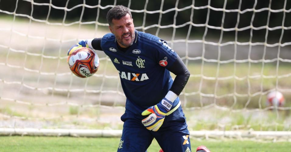 Júlio César treina no Flamengo. O veterano está na reta final da aposentadoria