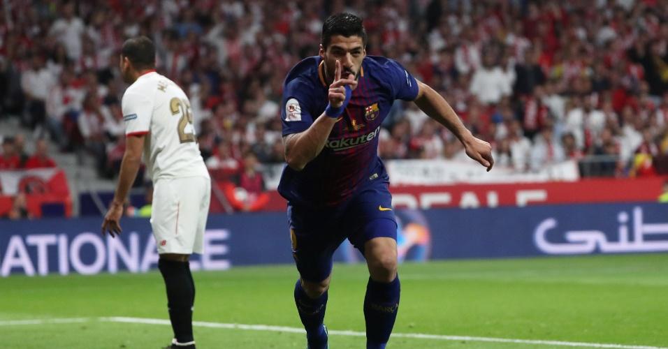 Luis Suárez abre o placar para o Barcelona contra o Sevilla na final da Copa do Rei