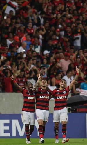 Vizeu, Vinicius Junior e Paquetá comemoram gol do Flamengo contra o Corinthians