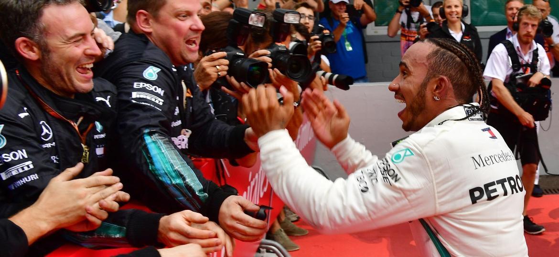 Hamilton comemora a vitória espetacular na Alemanha; britânico saiu de 14º para o 1º lugar - Andrej Isakovic/AFP