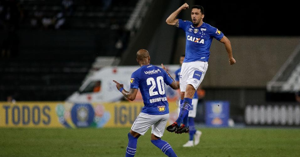 Edilson comemora gol marcado pelo Cruzeiro contra o Botafogo