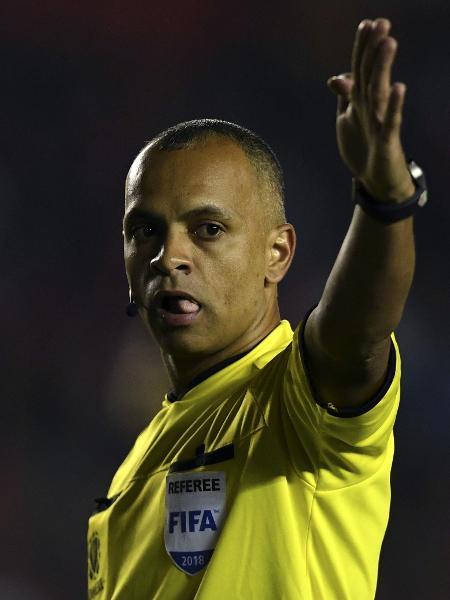 O árbitro Wilton Pereira Sampaio gesticula em partida da Libertadores - Eitan Abramovish/AFP