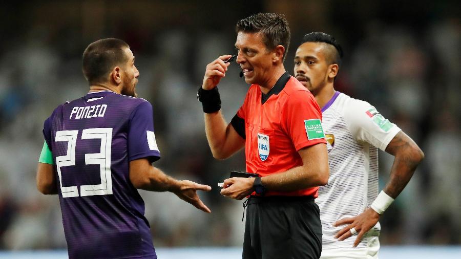 Gianluca Rocchi durante o duelo do River Plate contra o Al Ain FC - Andrew Boyers/Reuters