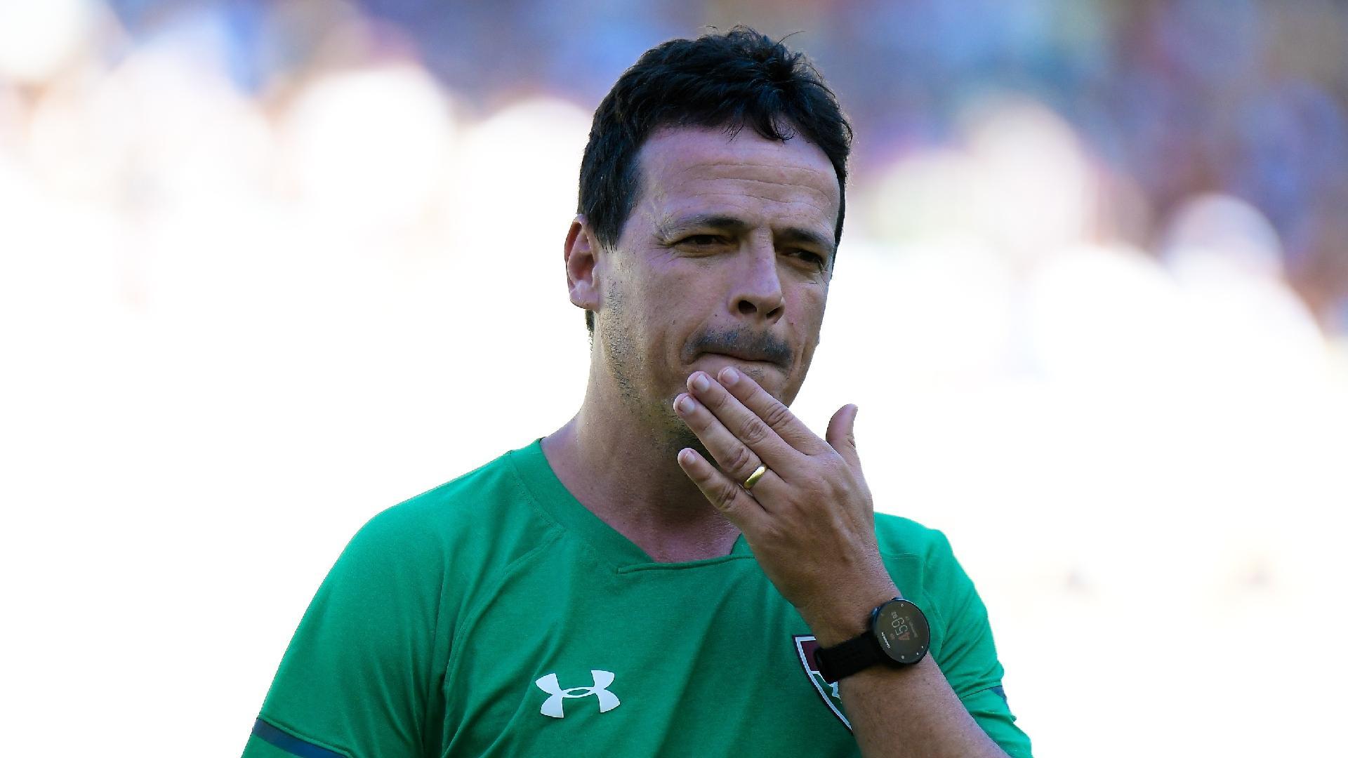 Fernando Diniz, técnico do Fluminense, comanda o time contra a Portuguesa-RJ
