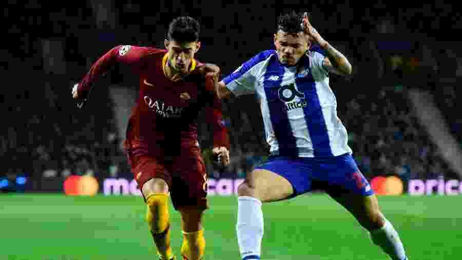 Diego Perotti, do Roma, em lance com Tiquinho Soares, do Porto, pelas oitavas de final da Liga dos Campeões - MIGUEL RIOPA / AFP