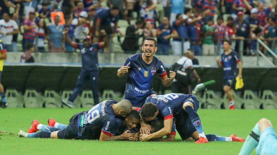Jogadores do Fortaleza comemoram gol de Romarinho que decretou a vitória do time contra o Santa Cruz na Copa do Nordeste - Pedro Chaves/AGIF
