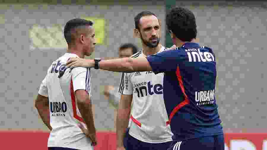 Igor Vinícius (à esq.) pode herdar vaga entre os titulares a depender das condições físicas de Juanfran (centro) - Rubens Chiri / saopaulofc.net