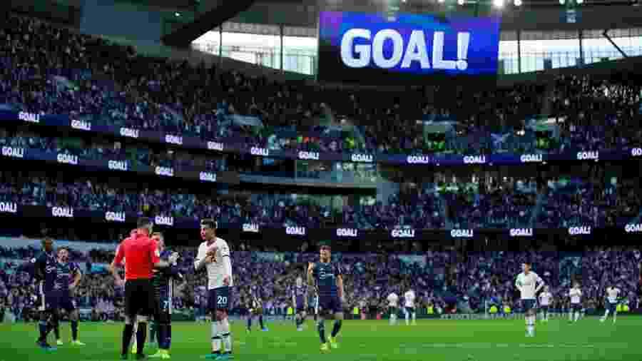 Depois de mostrar que o gol do Tottenham havia sido invalidado pelo VAR, texto exibido no telão foi corrigido - Andrew Couldridge / Reuters