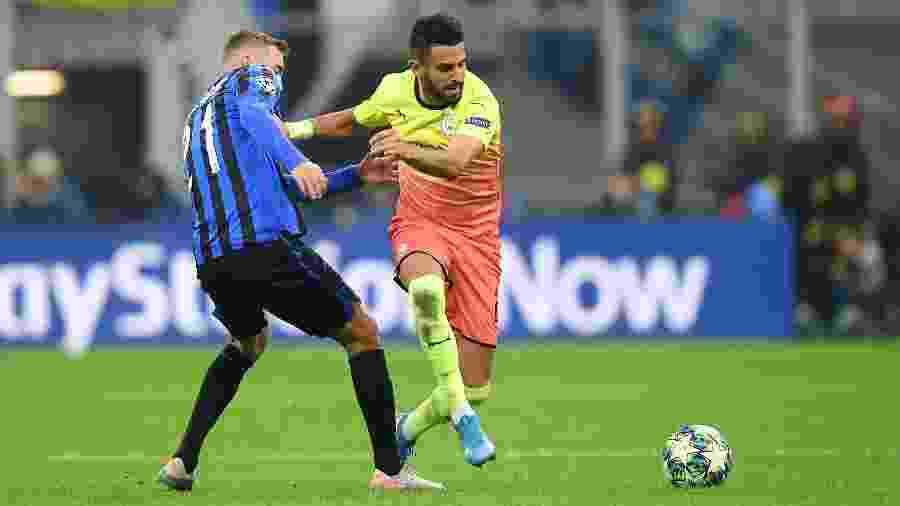 Riyad Mahrez, do Manchester City, em lance com Timothy Castagne, do Atalanta, em jogo da fase de grupos da Liga dos Campeões - Daniele Mascolo/Reuters