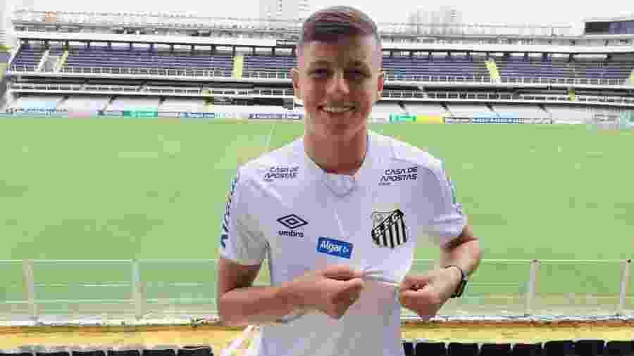 Matheus Moraes, aposta da base do Santos, renovou contrato com o clube - Reprodução