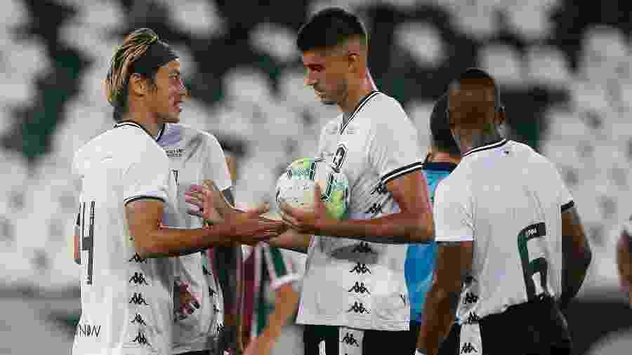 Honda deixa bola para Pedro Raul cobrar pênalti a favor do Botafogo - Vítor Silva/Botafogo