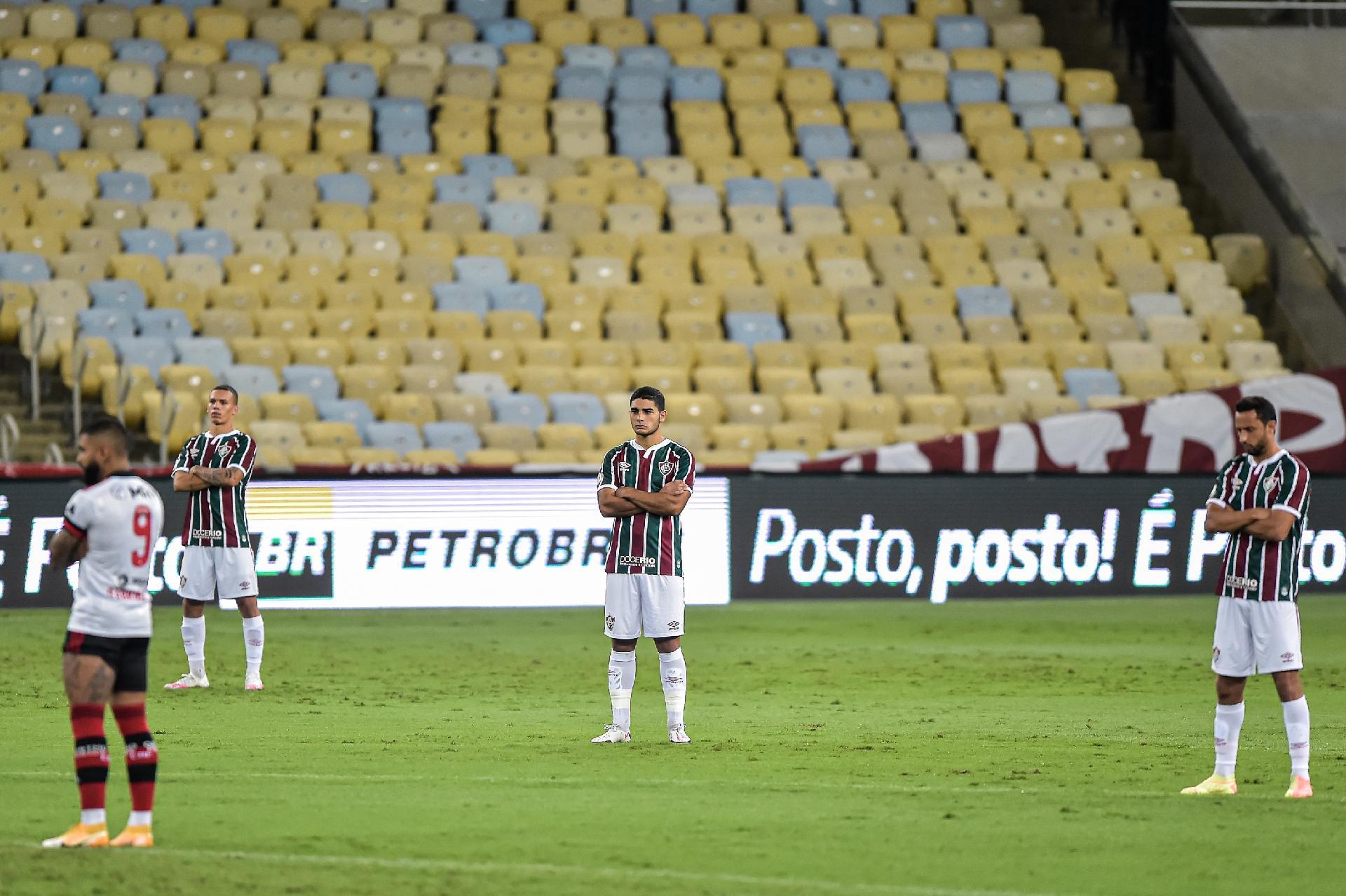 Jogadores de Flamengo e Fluminense fazem protesto de apoio aos profissionais do Figueirense que foram agredidos no último sábado durante treinamento