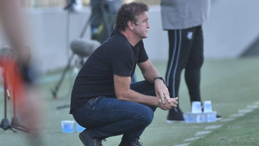 Cuca observa a equipe do Santos da beira do gramado da Vila Belmiro - Ivan Storti/Santos FC