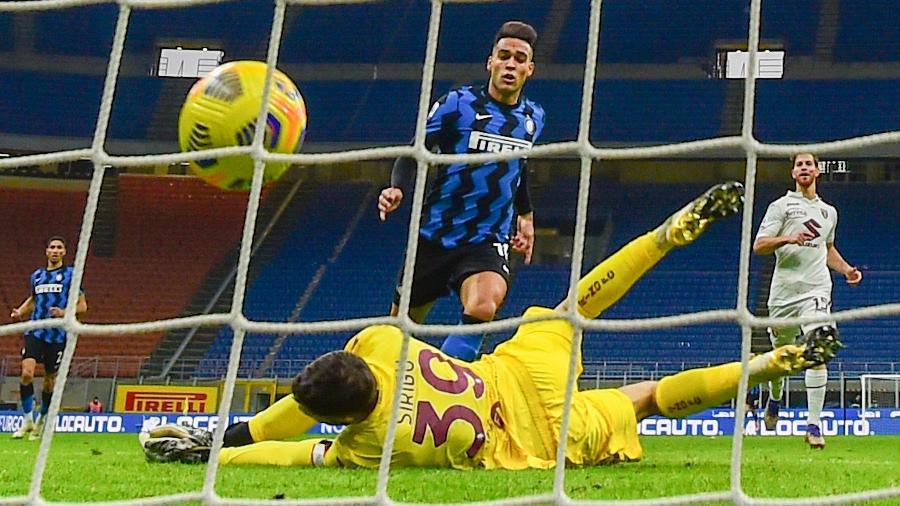 Lautaro Martinez comemora um dos gols da Inter de Milão contra o Torino - Miguel Medina/AFP