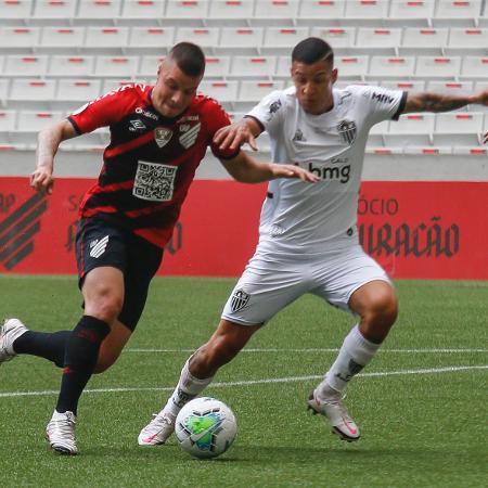 Kayzer, do Athletico-PR, disputa bola com Arana, do Galo - Gabriel Machado/AGIF