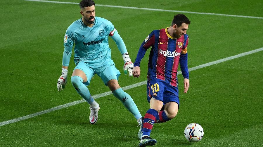 O argentino Lionel Messi disputa lance com o goleiro do Alaves, Fernando Pacheco, no Camp Nou, pela 23ª rodada da La Liga - Lluis Gene/AFP