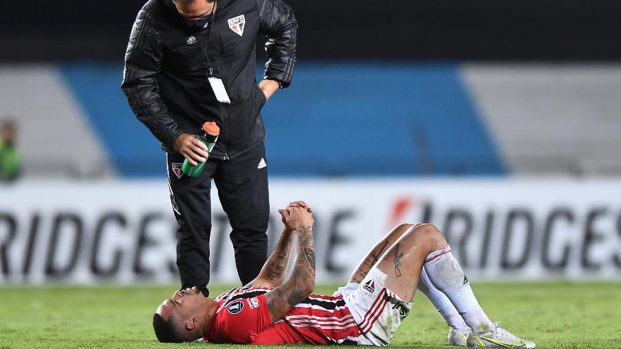 Luciano, atacante do São Paulo, queixa-se de dor em jogo contra o Racing (ARG) - Staff Images / CONMEBOL