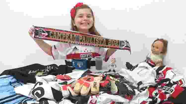 Larissa, torcedora do São Paulo, posa com faixa de título paulista e presentes que já ganhou dos jogadores - Arquivo pessoal - Arquivo pessoal