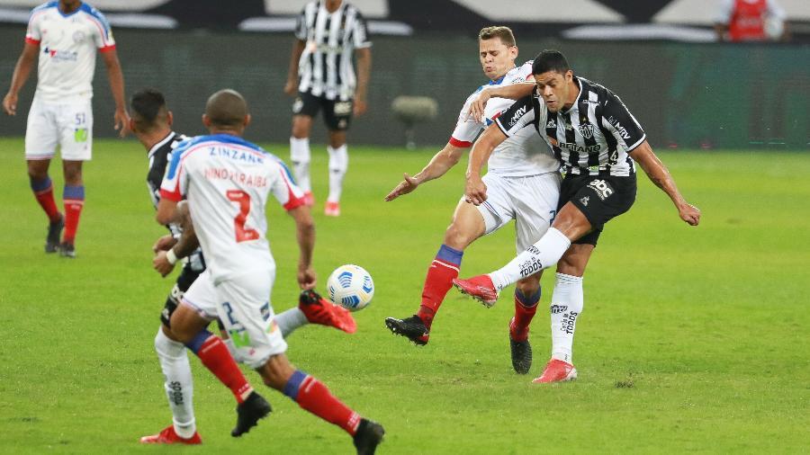 Hulk e Jonas disputam lance em Atlético-MG x Bahia no jogo de ida das oitavas de final da Copa do Brasil - GILSON JUNIO/W9 PRESS/ESTADÃO CONTEÚDO