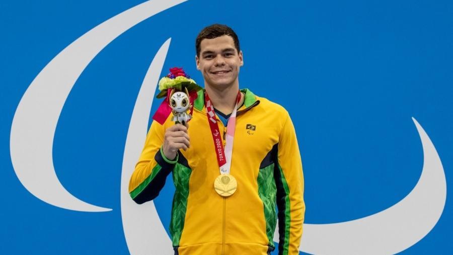 Primeiro ouro do Brasil nas Paralimpíadas 2020, Gabriel Bandeira posa com medalha dos 100m borboleta S14 - Miriam Jeske/CPB
