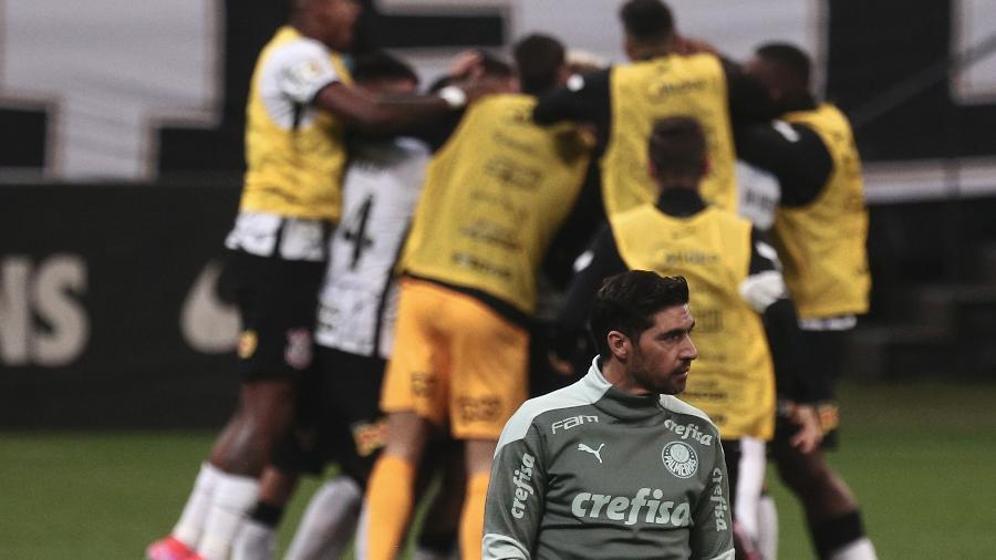 Abel Ferreira, técnico do Palmeiras, lamenta após Roger Guedes anotar um dos seus gols na vitória do Corinthians, pela 22ª rodada do Brasileirão - ETTORE CHIEREGUINI/ESTADÃO CONTEÚDO