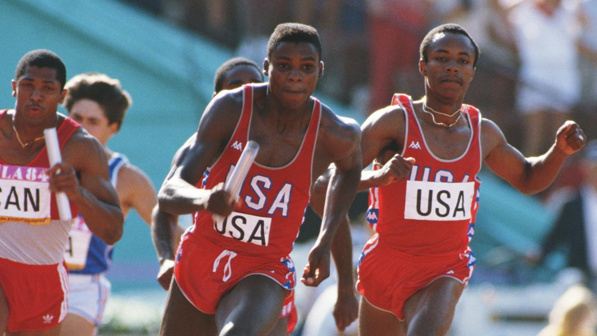 11.ago.1984 - Carl Lewis pega o bastão e finaliza o revezamento dos Estados Unidos para vencer o 4 x 100 m na Olimpíada de Los Angeles-1984