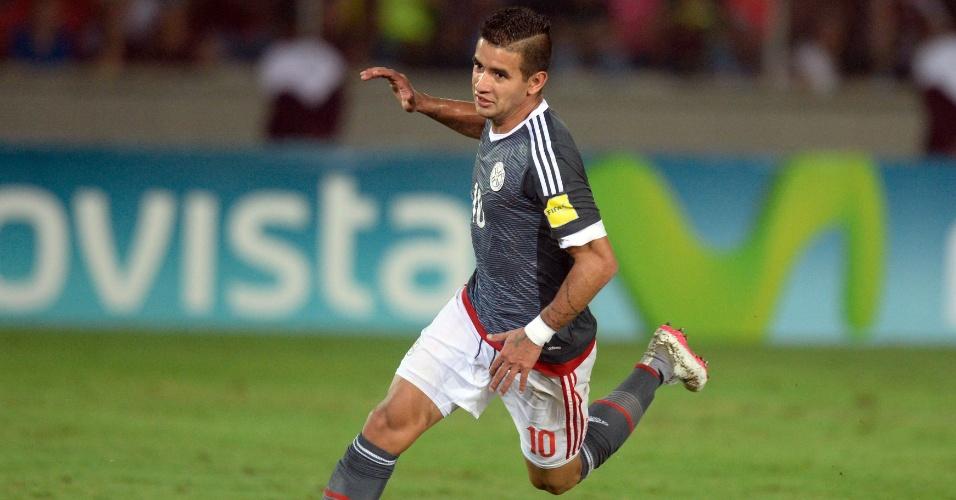 Atacante paraguaio Derlis González comemora após marcar na partida entre Venezuela e Paraguai pelas Eliminatórias Sul-americanas para a Copa do Mundo de 2018