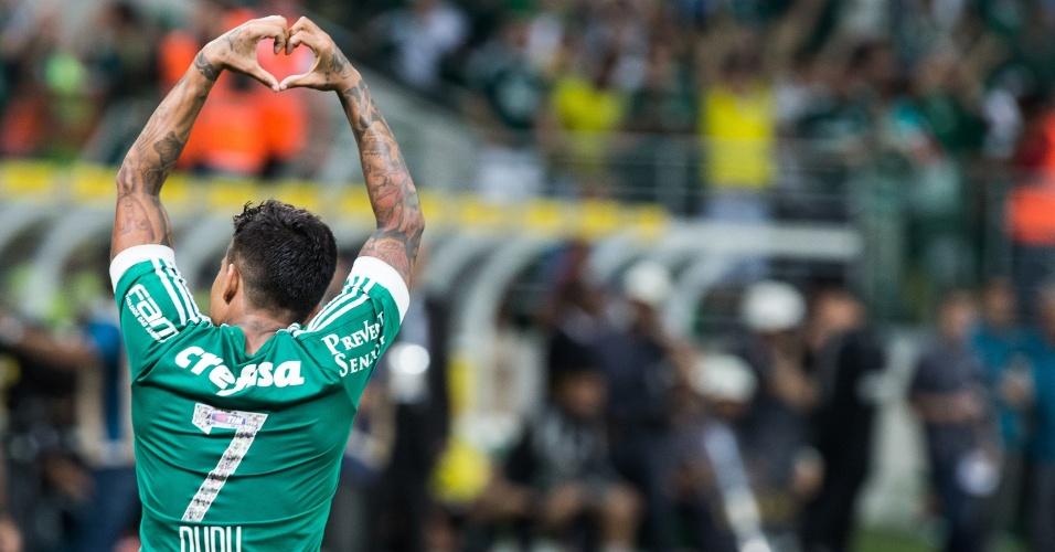"""Dudu faz """"coraçãozinho"""" para a torcida depois de abrir o placar para o Palmeiras"""