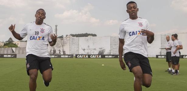Moisés (à direita) se apresentou ao Corinthians na última quarta-feira