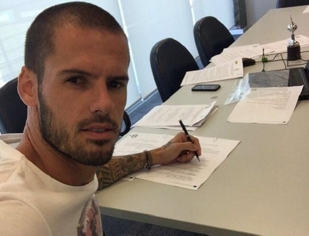 Zagueiro Fred assina contrato de dois anos com o Grêmio
