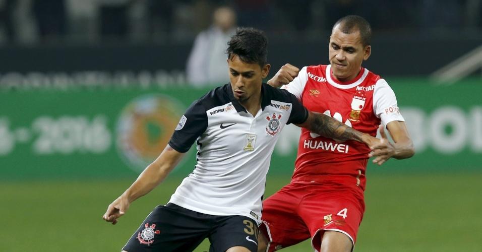Lucca tenta ficar com a bola e armar jogada pelo Corinthians contra o Santa Fe, pela Libertadores