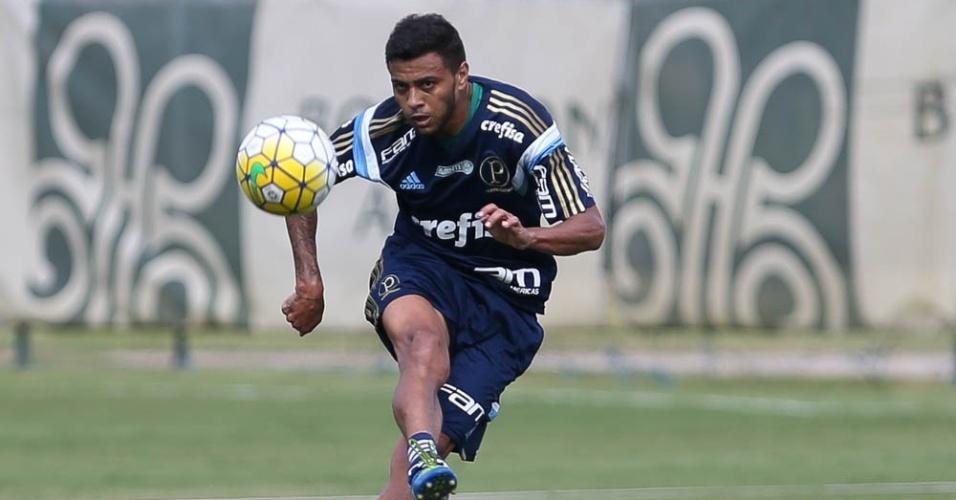 Meia Cleiton Xavier participa de lance em treino do Palmeiras em Atibaia