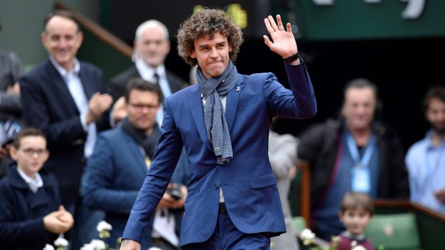 Guga entra em quadra para cerimônia de ingresso de Amélie Mauresmo no hall da fama internacional do tênis antes da final feminina em Roland Garros - Phillipe Lopez/AFP