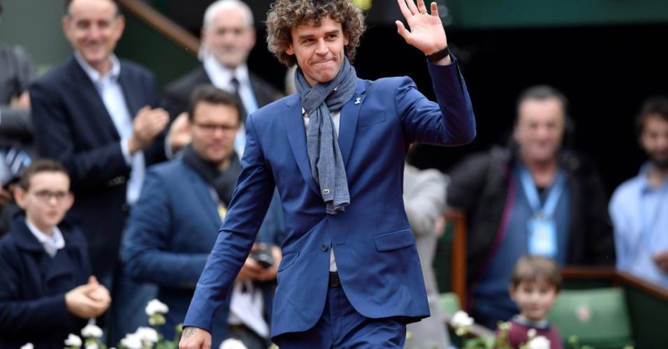 Guga entra em quadra para cerimônia de ingresso de Amélie Mauresmo no hall da fama internacional do tênis antes da final feminina em Roland Garros