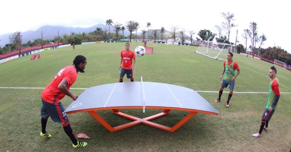 Jogadores do Flamengo disputam partida improvisada de tênis de mesa no Ninho do Urubu