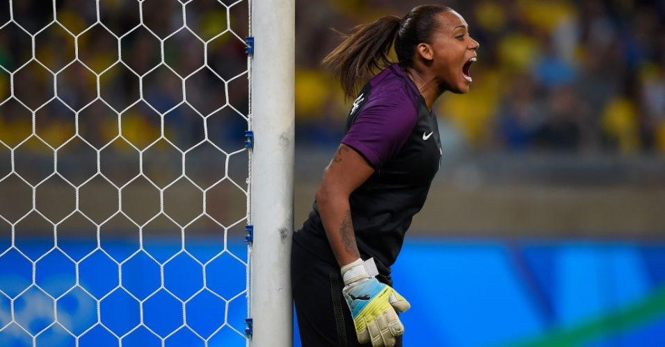 A goleira Bárbara cobra equipe no setor defensivo; segundo tempo 0x0 com a Austrália