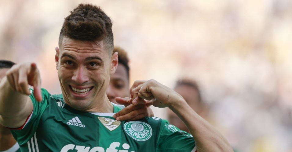 Moisés comemora gol do Palmeiras sobre o Corinthians