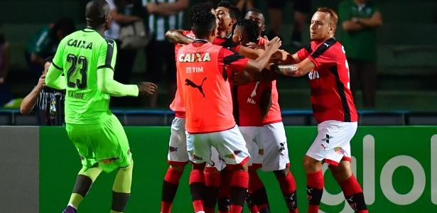 Jogadores do Vitória comemoram o gol de Marinho contra o Coritiba - Jason Silva/AGIF