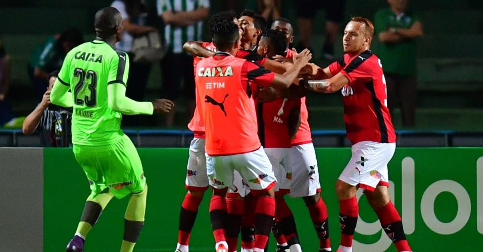 Jogadores do Vitória comemoram o gol de Marinho contra o Coritiba
