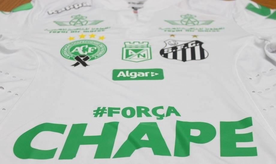 Santos utilizará camisa branca com patrocínios verdes; uniforme trará ainda distintivos de Chapecoense e Atlético Nacional