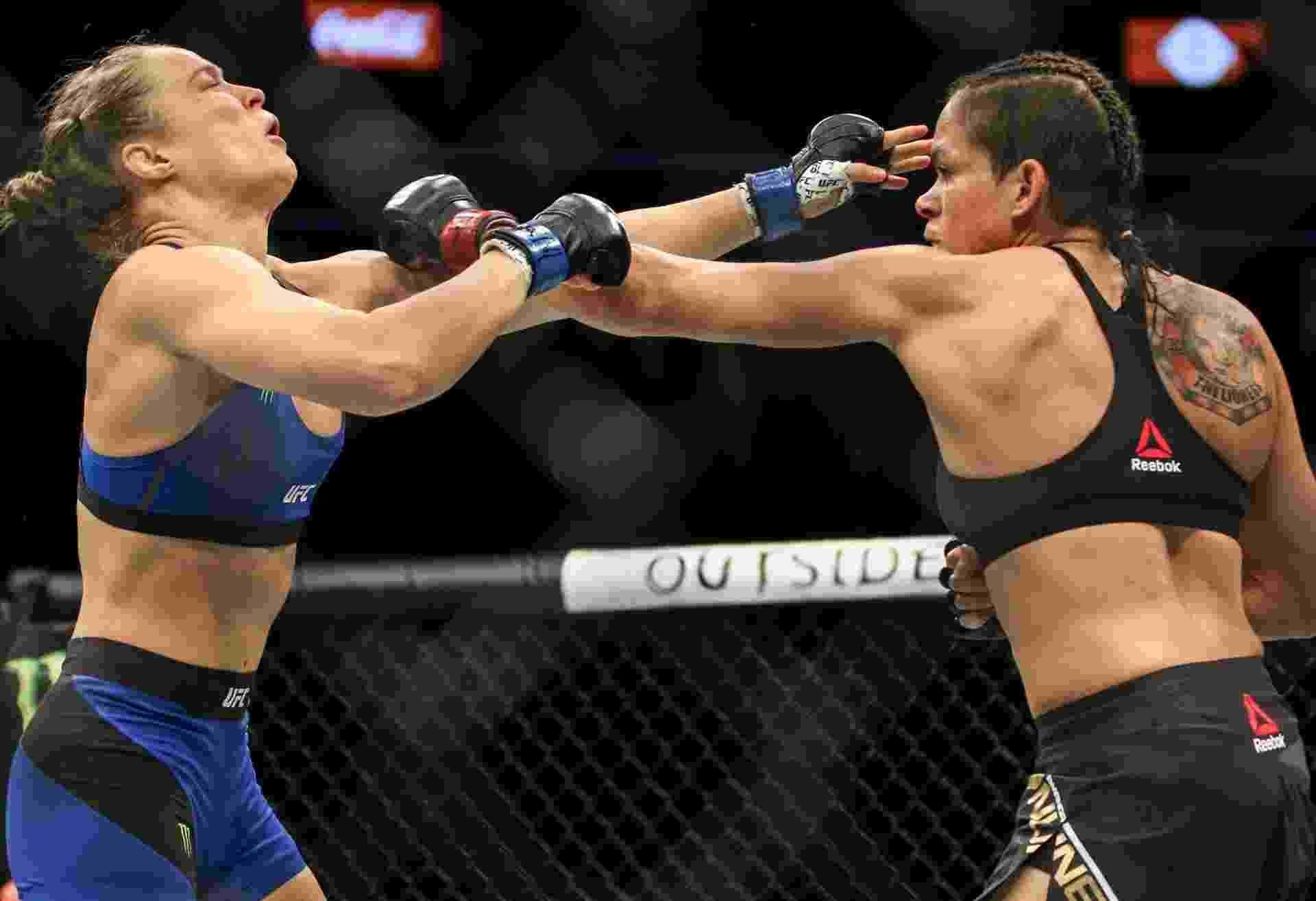 Amanda Nunes nocauteia Ronda Rousey em 48 segundos no UFC 207 e mantém o cinturão dos galos - Rigel Salazar/Ag. Fight